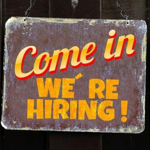 Spadek bezrobocia wyhamuje. Choć firmy chciałyby zatrudniać