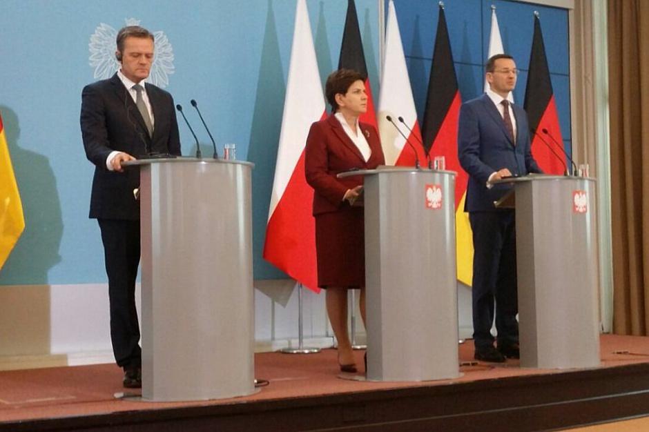 - Zakończone zostały negocjacje dotyczące lokalizacji w Polsce nowoczesnej fabryki, którą koncern Mercedes będzie realizował - powiedziała premier Beata Szydło podczas uroczystości w KPRM. (fot.twitter.com/PremierRP)