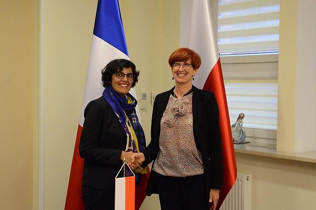 W sprawie delegowania polskich pracowników minister Elżbieta Rafalska spotkała się z Myriam El Khomri, minister pracy, zatrudnienia, kształcenia zawodowego i dialogu społecznego Republiki Francuskiej. (Fot. J.Zieliński/MRPiPS)