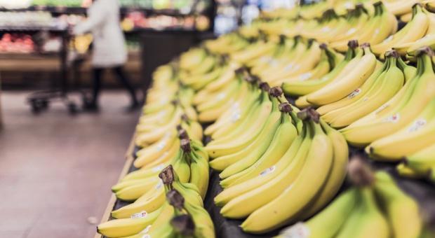 Ulotki przy bananach w Lidlu: Pracownik plantacji w rok zarabia tyle, co prezes w 68 sekund