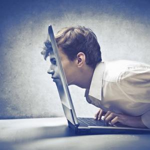Praca przy komputerze może być groźna. Jak zadbać o pracowników?
