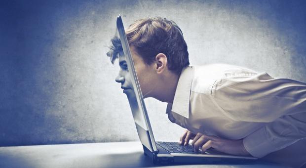 BHP: Praca przy komputerze może być groźna. Jak zadbać o pracowników?