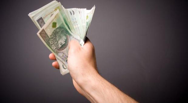 Kredyt: Banki chętniej pożyczą pieniądze osobom w formalnym związku. Związik partnerski dostaną mniej