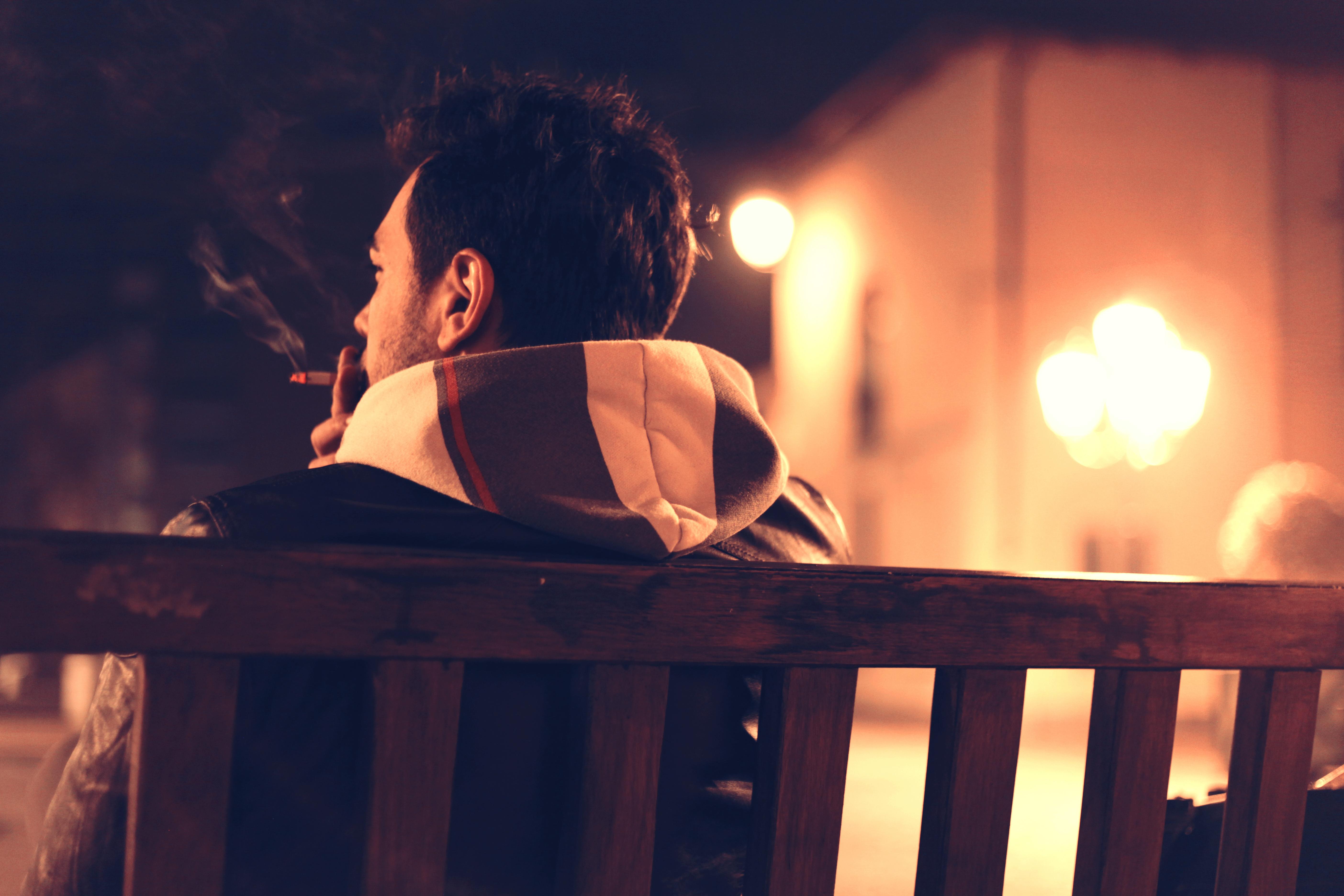 Z danych Głównego Inspektoratu Sanitarnego wynika, że do codziennego palenia papierosów przyznaje się w Polsce 24 proc. osób. (Fot. Pexels)