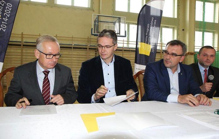 Podpisanie umowy (fot.sejmik.kielce.pl)