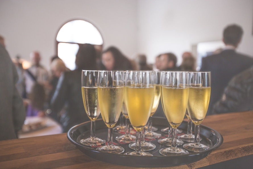 Przyjście do pracy po zakrapianej alkoholem imprezie może nie spodobać się współpracownikom. (fot. pexels)