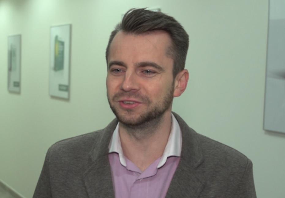 Im smartfon był dalej od pracownika tym jego koncentracja była większa – mówi Piotr Kupczyk (fot.newsrm.tv)