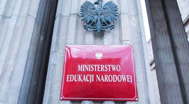 Rok rządów, Ministerstwo Edukacji: Koniec godzin karcianych i zmiany na maturze