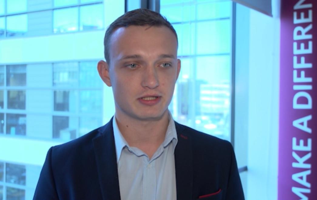 Większość kandydatów jest w stanie bez problemu wymienić swoje pozytywne cechy w czasie rozmowy kwalifikacyjnej (Adrian Stolarski, fot.newsrm.tv)
