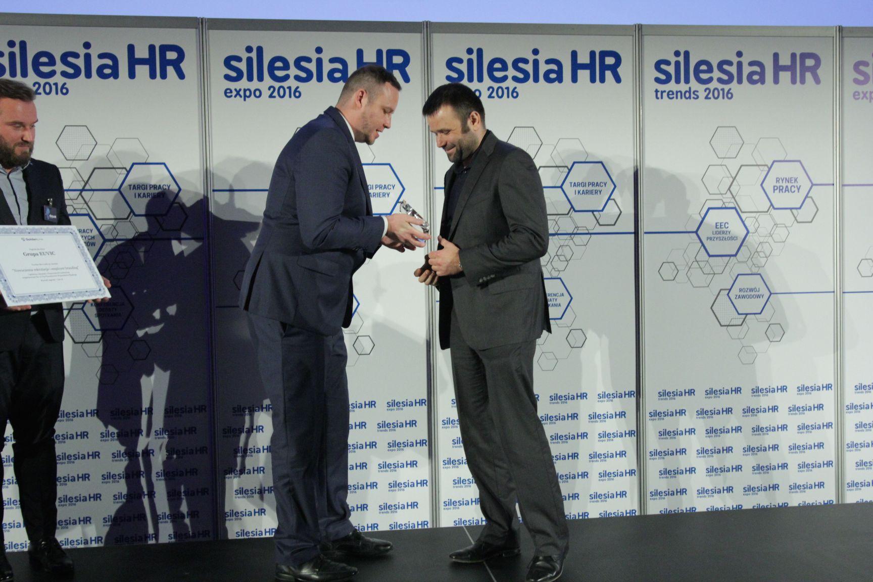 Wojciech Wolny, prezes Grupy Euvic odbiera nagrodę z rąk Rafała Kergera (fot.PTWP)