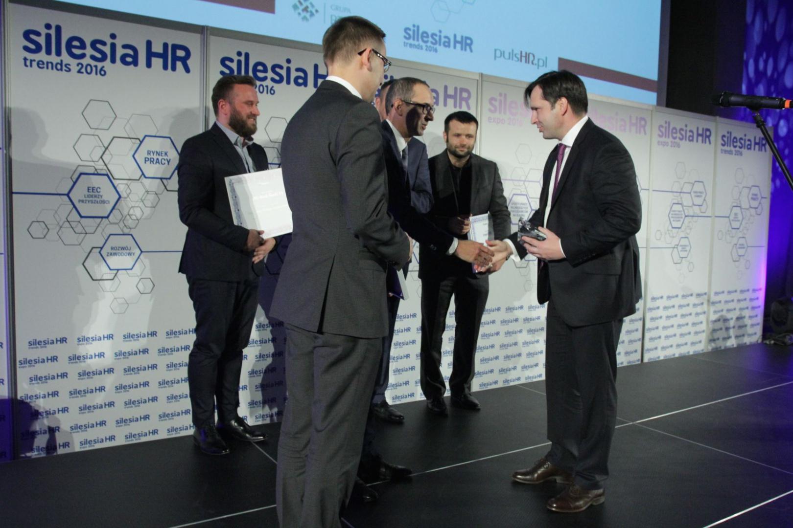 Piotr Utrata odbiera nagrodę z rąk Wojciecha Kuśpika i Kazimierza Karolczaka (fot.PTWP)
