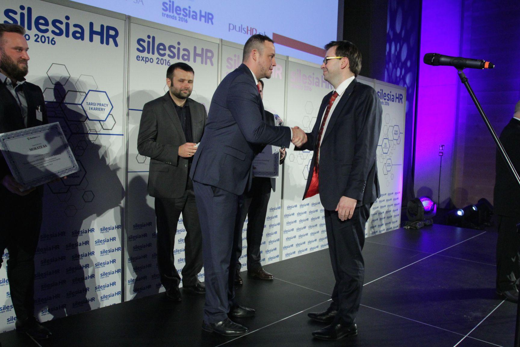 Adam Mokrysz odbiera nagrodę z rąk Rafała Kergera (fot.PTWP)