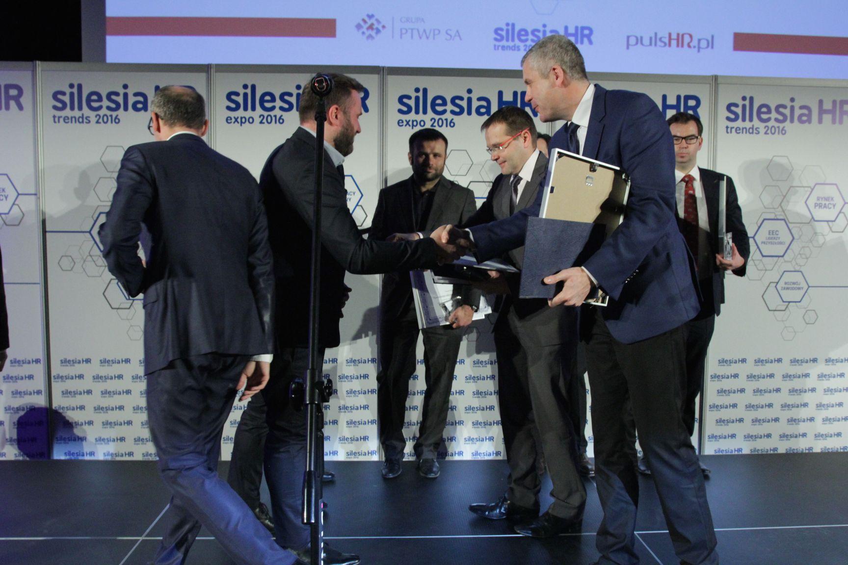 Ryszard Heller i Marcin Kukuła odbierają nagrodę z rąk Adama Wąsika (fot.PTWP)