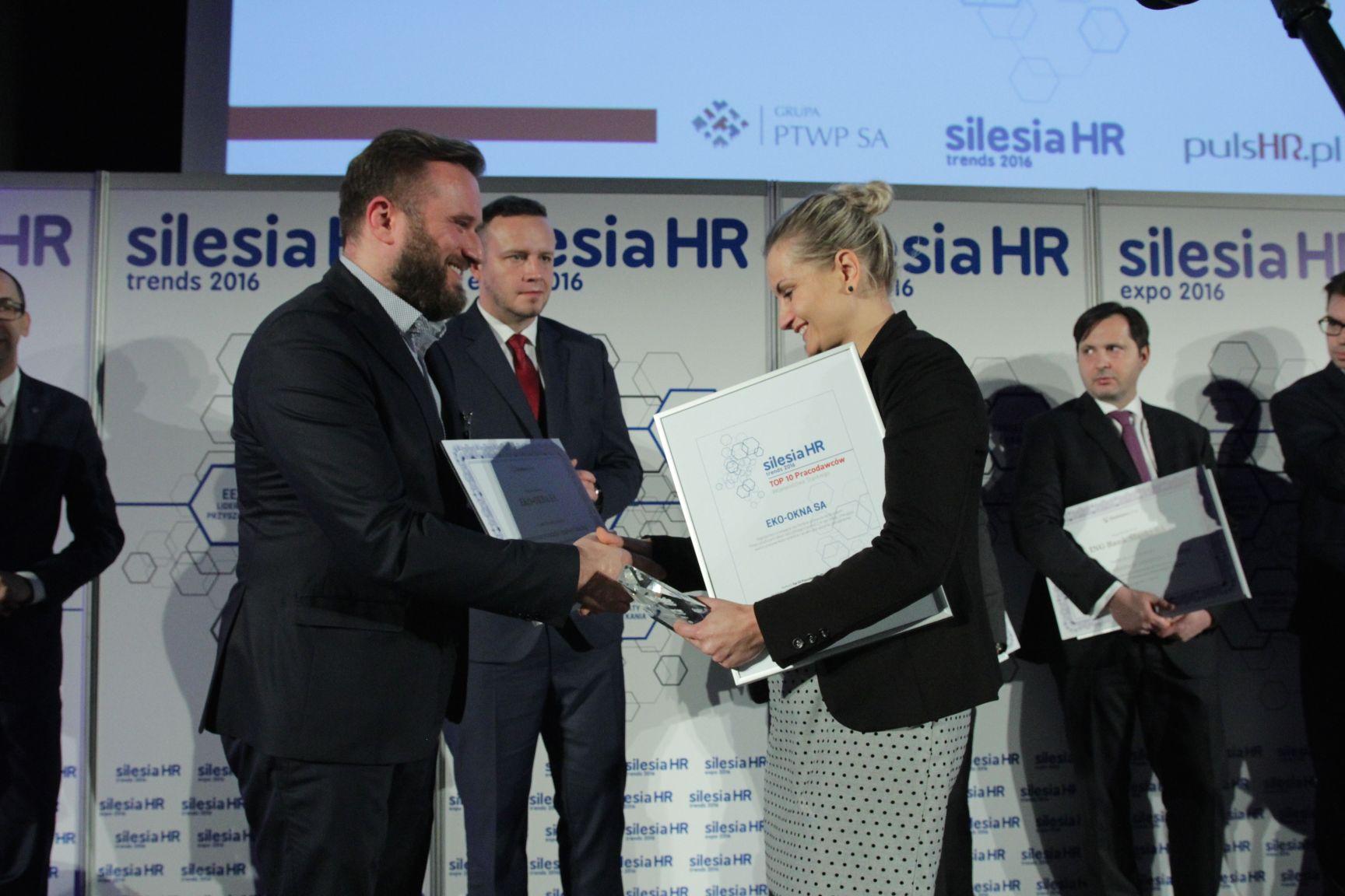 Barbara Frankowicz odbiera nagrodę z rąk Adama Wąsika (fot.PTWP)