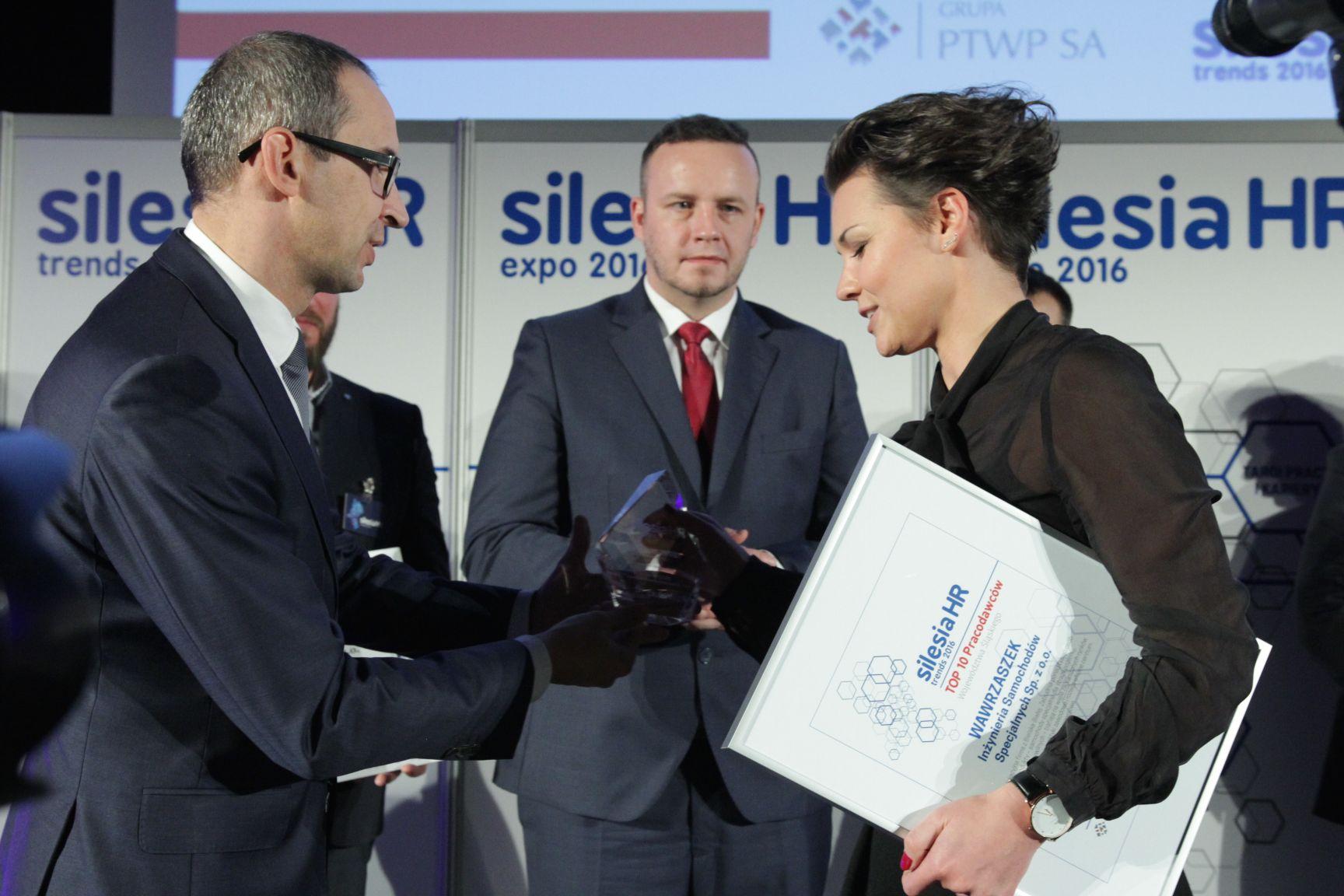 Wioletta Waligóra odbiera nagrodę z rąk Kazimierza Karolczaka, Rafała Kergera (fot.PTWP)