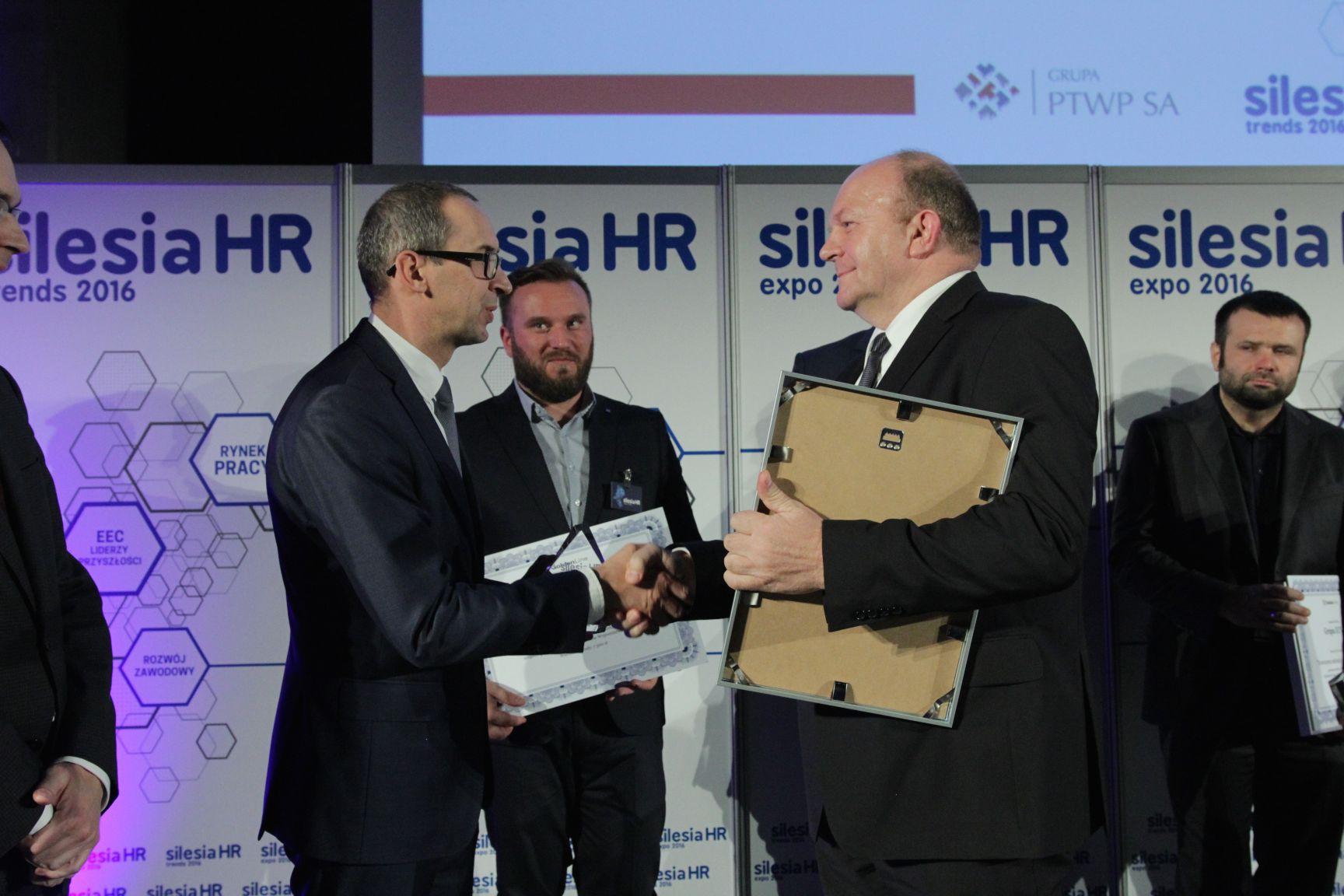 Henryk Michalik odbiera nagrodę z rąk Kazimierza Karolczaka (fot.PTWP)