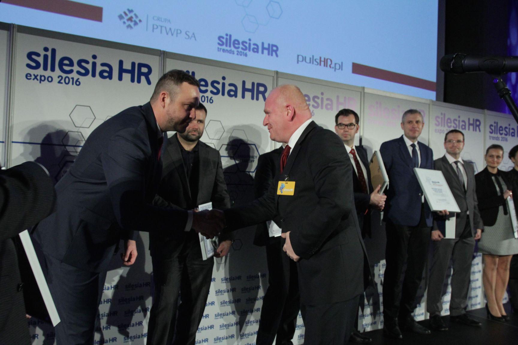 Piotr Janczyk odbiera nagrodę z rąk Rafała Kergera (fot.PTWP)