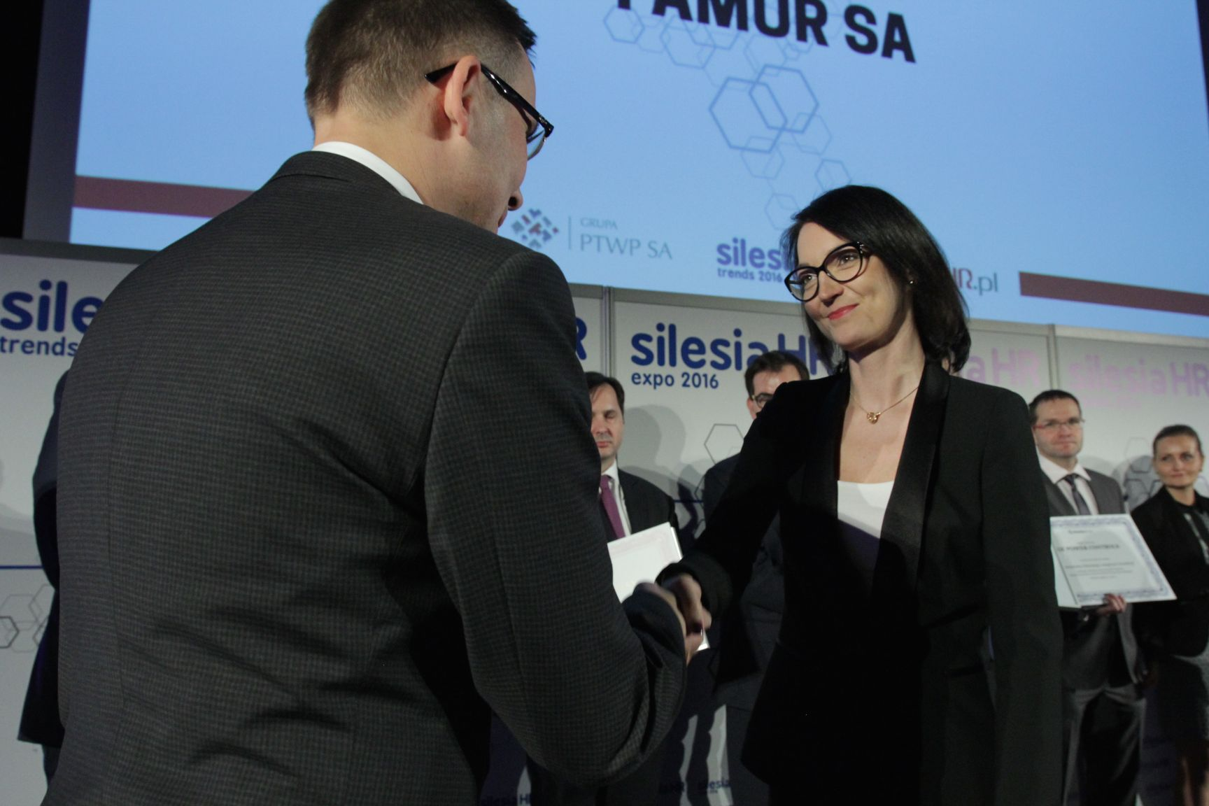 Magdalena Szweda odbiera nagrodę z rąk Wojciecha Kuśpika (fot.PTWP)
