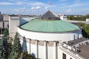 """Kilkaset osób protestowało przed Sejmem przeciw """"ustawie dezubekizacyjnej"""""""