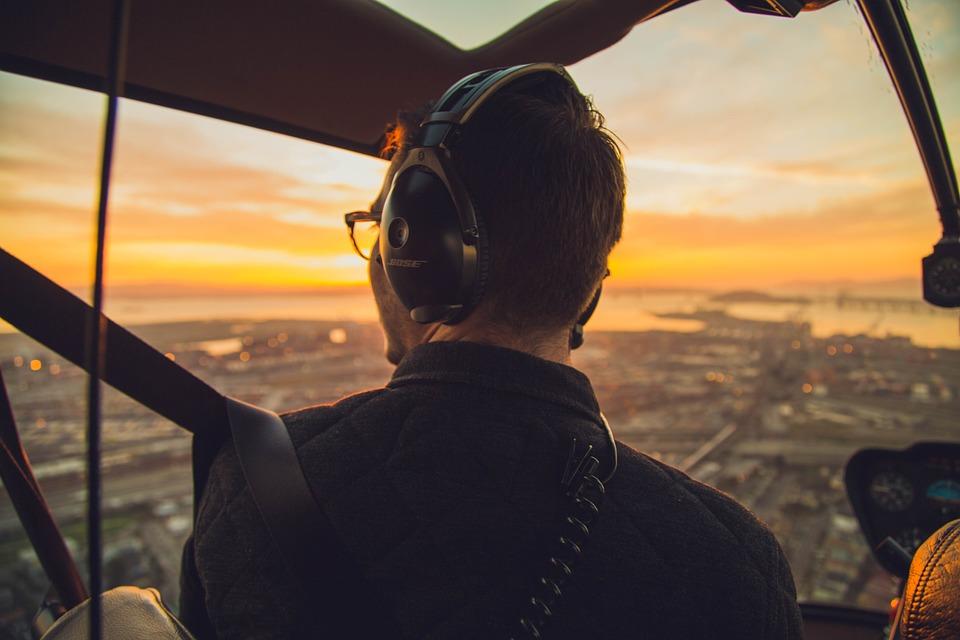 Zarobki polskich pilotów wynoszą od ok. 8-12 tys. zł do kilkudziesięciu tys. zł w przypadku rejsów transatlantyckich. (Fot. Pixabay)