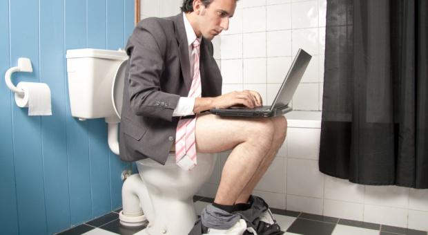 Pracownicy boją się korzystać z toalet w pracy