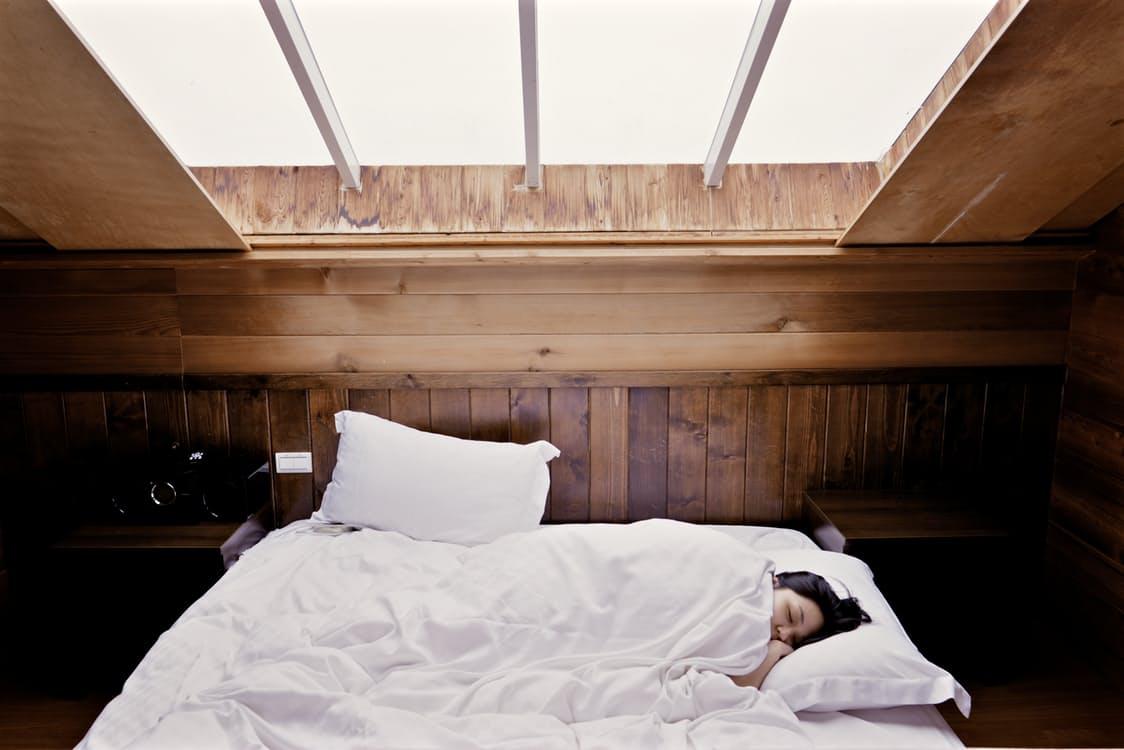 18 proc. pracowników, którzy skłamali na temat stanu zdrowia, zrobiło to, ponieważ chcieli się wyspać. (Fot. Pexels)