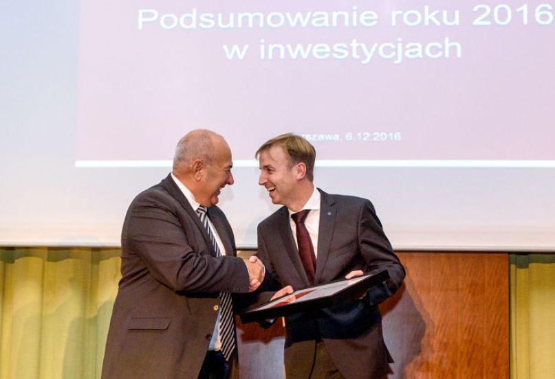 Wiceminister rozwoju Tadeusz Kościński wręcza nagrodę Mercedes- Benz za największą inwestycję. (fot. PAIiIZ)