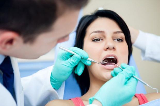 Dentystka pracowała w oparciu o umowę o dzieło – to niemożliwe!