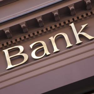 Który bank najwięcej inwestuje w pracowników?