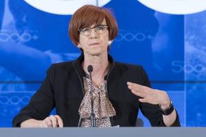 """Elżbieta Rafalska najlepszym ministrem pracy w historii? """"Niewiele zajmuje się pracą"""""""