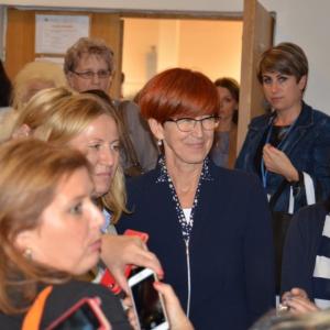 Rafalska: Odejście kobiet z  pracy to mit. Raczej rosną pensje