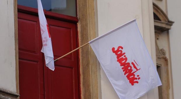 """NSZZ """"Solidarność"""" rozdaje żółte kartki firmom, które płacą zbyt mało"""