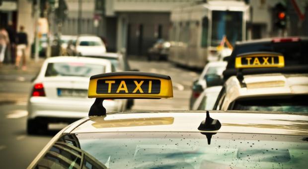 Taksówkarze w Łodzi mają specjalne identyfikatory. To przejaw walki z przewoźnikami typu Uber