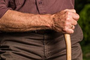 Emerytury i renty osób starszych. Historyczny raport