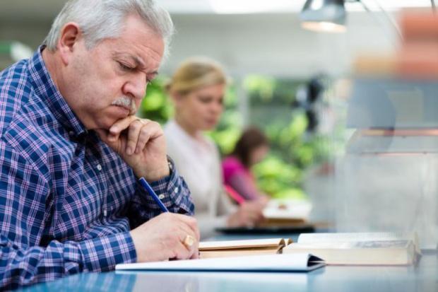 Osoby dorabiające na emeryturze i rencie muszą rozliczyć się z ZUS do końca lutego