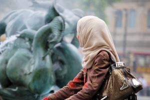 Zakaz noszenia chusty islamskiej w pracy to nie dyskryminacja