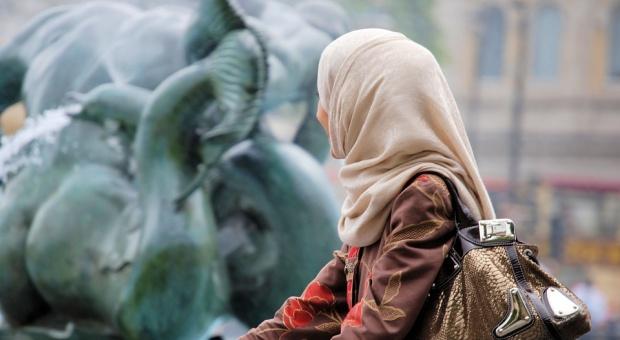 Trybunał UE: Zakaz noszenia chusty islamskiej w pracy to nie dyskryminacja