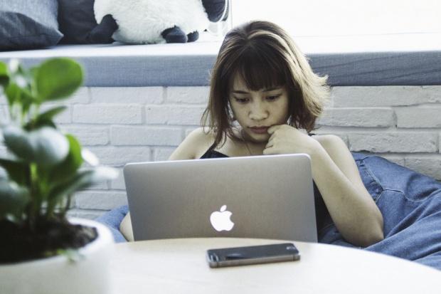 Pracownicy korzystają z prywatnych urządzeń w pracy. Jest jednak problem