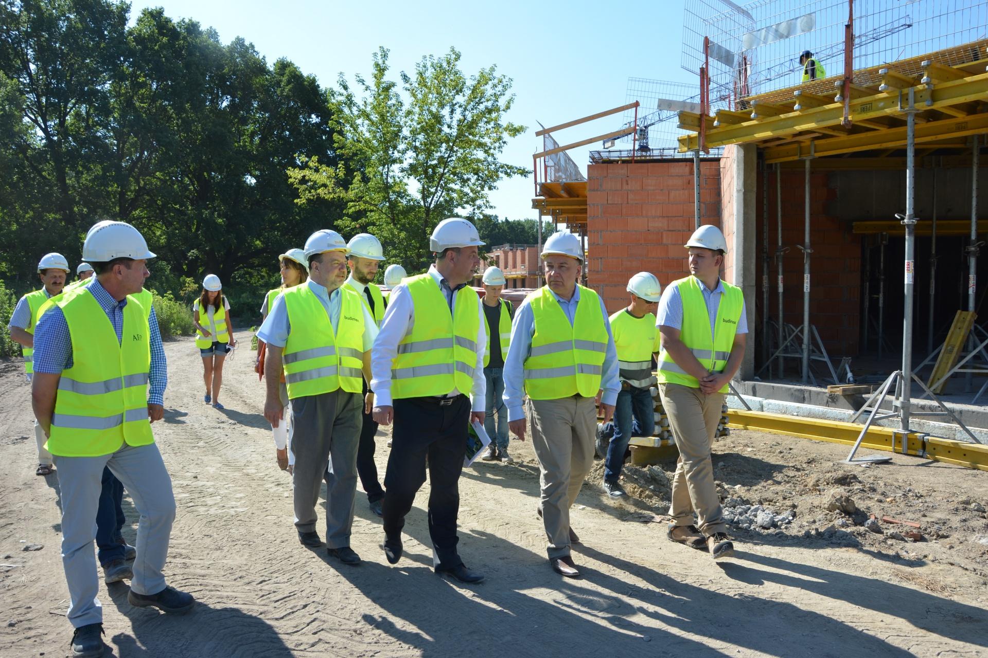 Marszałek Adam Struzik na budowie szpitala w Drewnicy (lipiec 2015).