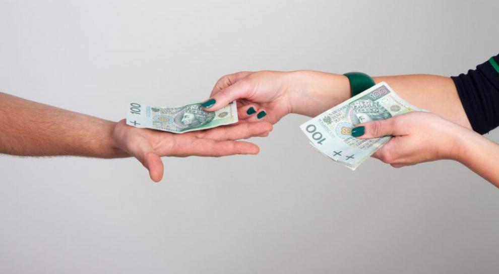 """Wypłata: Przelew zamiast gotówki. Pracownik nie dostanie pensji """"do ręki"""""""