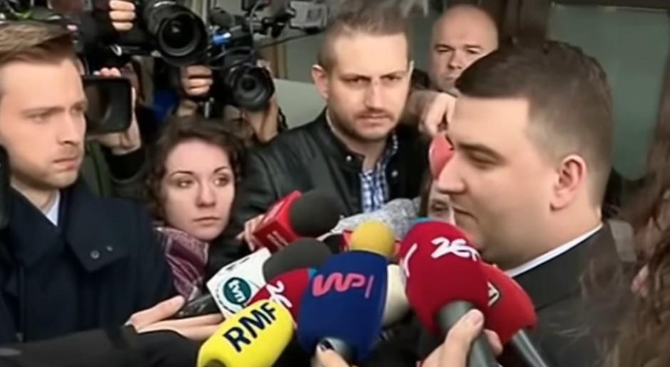 Bartłomiej Misiewicz w otoczeniu dziennikarzy w dniu, w którym PiS pożegnało młodego asystenta szefa MON, źródło: youtube.com