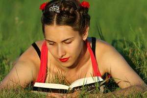 Milenialsi żyją internetem ale o książkach nie zapominają. Gorzej z seniorami