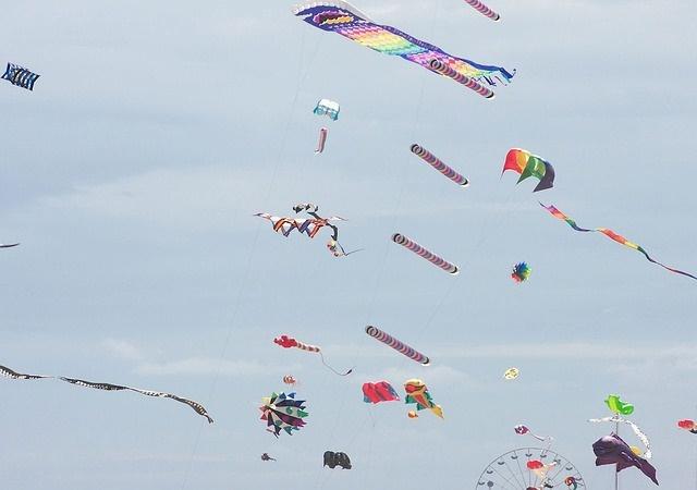 Niebo pełne latawców to charakterystyczny widok 1 maja w Grecji. (Fot. Pixabay)