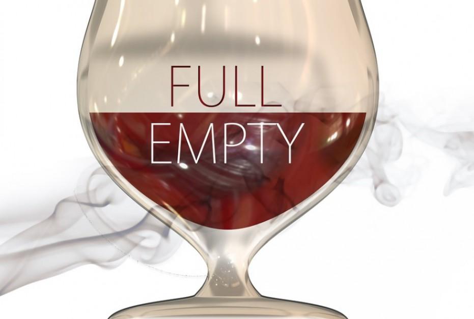 Powszechne powiedzenie mówi, że optymista widzi szklankę do połowy pełną, źródło: pixabay.om