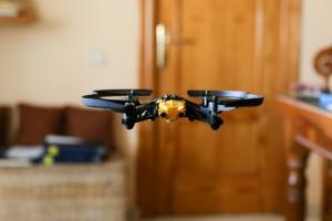 """Skokowo przybywa """"praw jazdy"""" na drony. ULC edukuje na potęgę"""