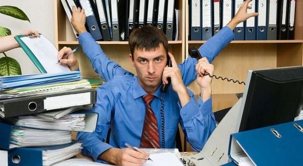 Maile i telefony rozpraszają pracowników