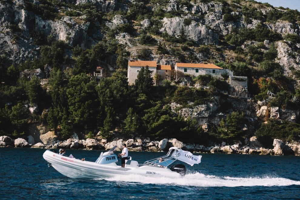 Uberboat na tle chorwackiej skalistej plaży, źródło: Uber/materiały prasowe