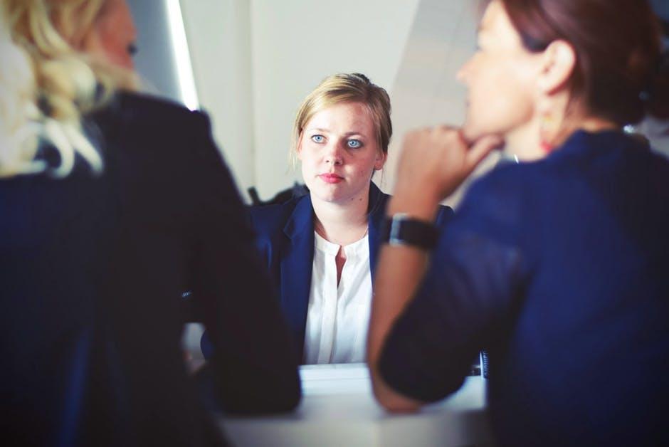Osoby w wieku 18-24 lat, czyli będące przyszłością rynku pracy na pytanie o jawność wynagrodzeń w 100 proc. odpowiedziały pozytywnie. (fot. pexels.com)