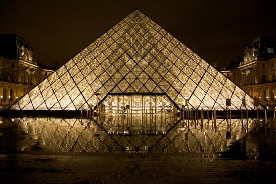 Jeden z symboli Paryża, stolicy Francji, kryształowa piramida przed muzeum pałacowym w Luwrze, źródło: pixabay.com