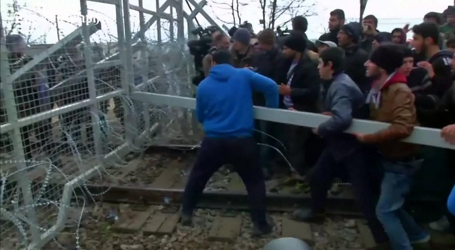 Migranci w Macedonii w czasie szturmu na ogrodzenie w 2016 roku, źródło: flickr.com/domena publiczna